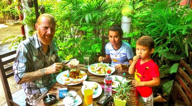 Breakfast time at E-Minor, Maephim-แหลมแม่พิมพ์